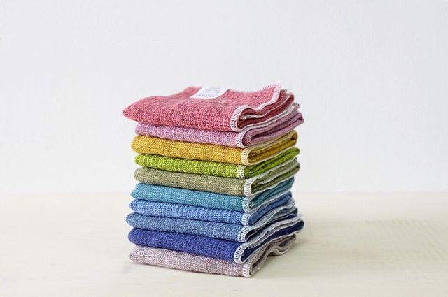 .今治タオル「MOKU」が今年も人気です。持っていることをわすれるくらいに薄くて軽く、裏地はパイルで吸水力抜群です。乾きも早くて、部屋干しの多くなる時期の日常使いにぴったり。急な雨の時に備えて鞄に入っていると安心です。ハンカチ400円、ロングタオルは800円と手ごろなので、プチギフトにもおすすめです。、#デイリーズ#デイリーズカフェ#三鷹#雑貨屋#インテリア#今治タオル#MOKU#コンテックス#kontex#丁寧な暮らし#部屋干し#梅雨