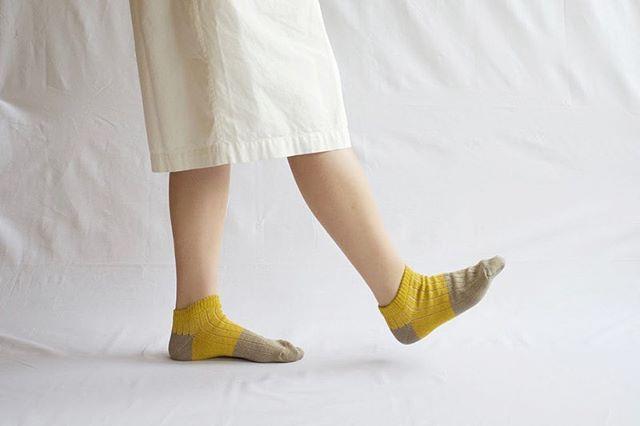 .\NISHIGUCHI KUTSUSHITA展/.◉リネンコットンアンクレット / 1,080円くるぶし丈のバイカラーの靴下。リネン独特のシャリ感をコットンシルケット糸をあわせることで少し抑え、柔らかさも感じられるように仕上げられています。リネンらしく、リネン100%よりも履きやすい靴下です。.サイズはメンズ、レディースがございます。..会期:6/14(金)〜7/7(日)場所:デイリーズ三鷹店.#デイリーズ#デイリーズカフェ#西口靴下#NISHIGUCHIKUTSUSHITA#naturalsunny#夏#靴下#靴下コーデ#三鷹#NISHIGUCHIKUTSUSHITA展#ootd#丁寧な暮らし#丁寧に暮らす