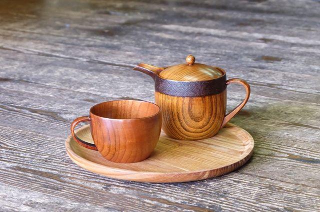 .拭き漆の木の器が再入荷しました!木の器は暖かい飲み物を入れても本体が熱くなりにくく、保温性にも優れています。姉妹店カフェでもドリンク提供用として使用中です。.寒い日は木の器と暖かい飲み物をお供に、のんびりする時間を楽しんだはいかがでしょうか。..#三鷹#デイリーズ#デイリーズカフェ#カフェごはん#木の器#おうちカフェ