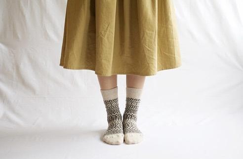 .お待たせしました!西口靴下のジャガードソックスが再入荷しました🧦とても人気でいつもあっという間に売り切れてしまう、こちらの靴下。膨らみがあるウールをしっかりと編み上げているので、どっしりとした履き心地でとても温か。冬らしいノルディック柄がコーディネートのアクセントになりそうです。.レディース(23-25㎝)、メンズ(25-27㎝)それぞれ1,600円。クリスマスギフトにぴったりですよ◎.#三鷹#デイリーズ#クリスマスギフト#クリスマスプレゼント#西口靴下#nishiguchikutsushita #手仕事#奈良県#ジャガード