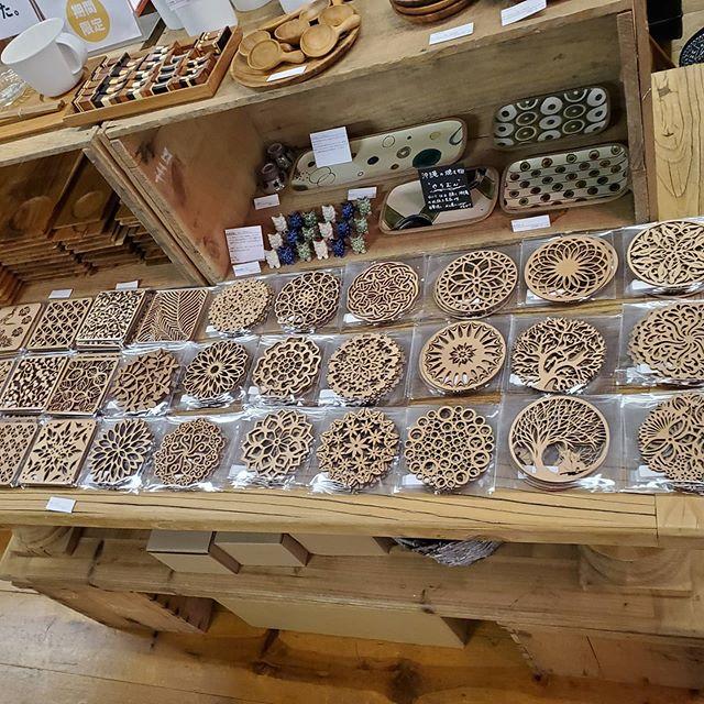 リトアニア産のカバの木を使ったコースター新しい柄が入荷しました。リトアニアは木工品を古くから作っており、とてもあたたかみのあるデザインが多いのでコースターとして使うことはもちろん紐を通してオーナメントのように使うことも可能です。高いレーザーカット技術を持っているからこそ出来る細かなデザインが特徴です。#デイリーズ #デイリーズカフェ #dailies #コースター #リトアニア #リトアニア雑貨 #カバ
